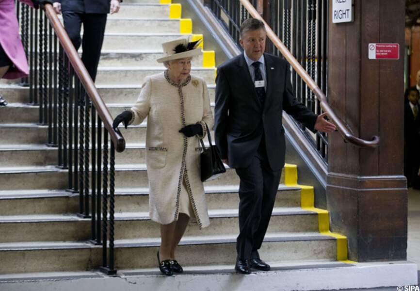 La reine descend dans le métro