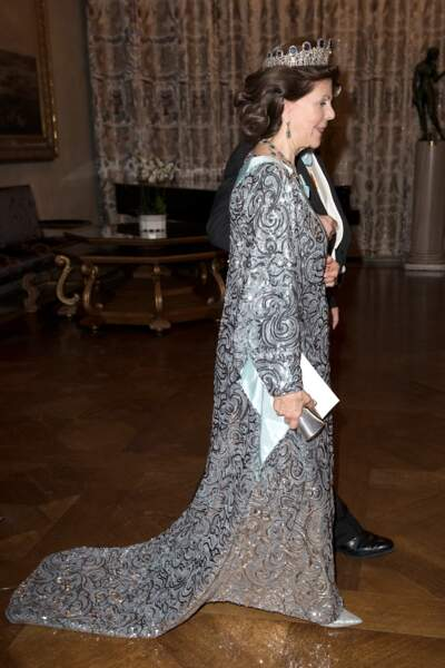La reine Silvia de Suède fait son entrée au banquet