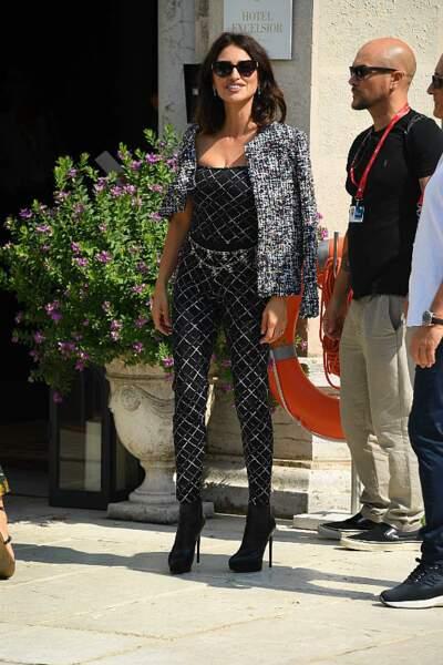 Penelope Cruz en total look Chanel à la Mostra de Venise le 1er septembre 2019.