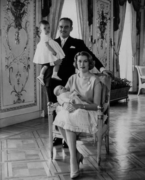 Caroline, dans les bras de son père Rainier et Albert, dans les bras de Grace de Monaco, en 1960 au palais princier