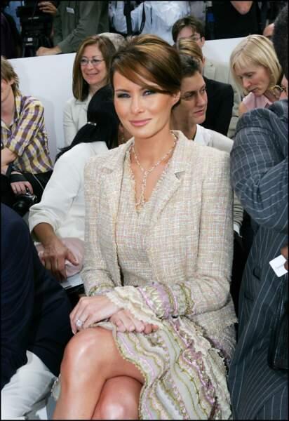 Melania Trump lors du défilé Chanel à Paris lors de la fashion week, le 7 juillet 2004, avec un élégant tailleur Chanel nude.