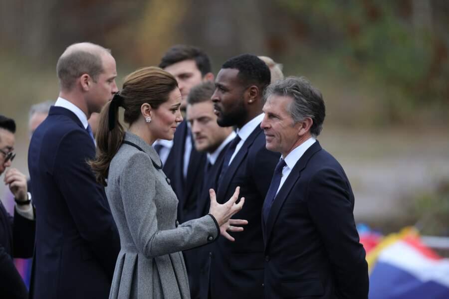 Kate Middleton très élégante avec un manteau gris Catherine Walker au col Claudine