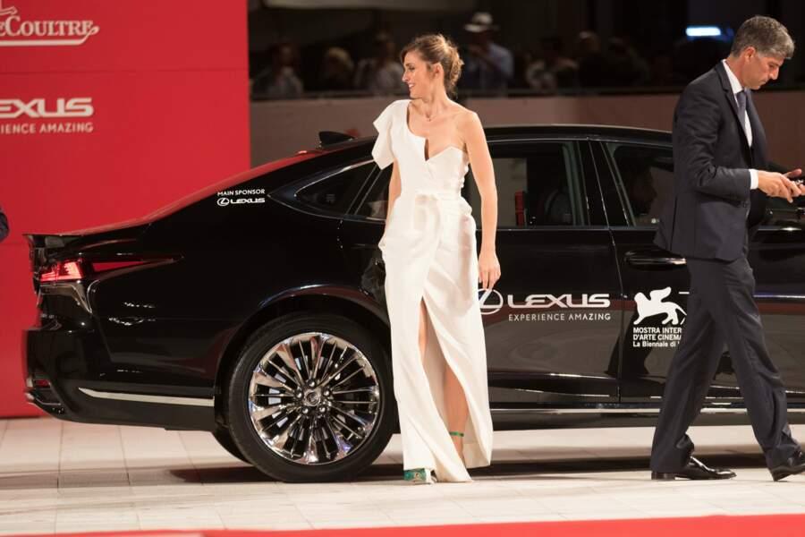 Julie Gayet sculpturale à sa sortie de voiture pour défendre son film l'Insulte à la Mostra de Venise