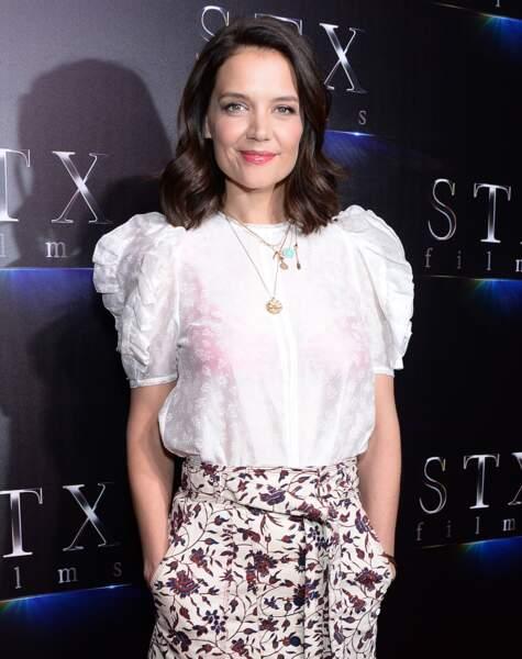 Katie Holmes sexy avec un blouse bohème transparente et des dessous colorés