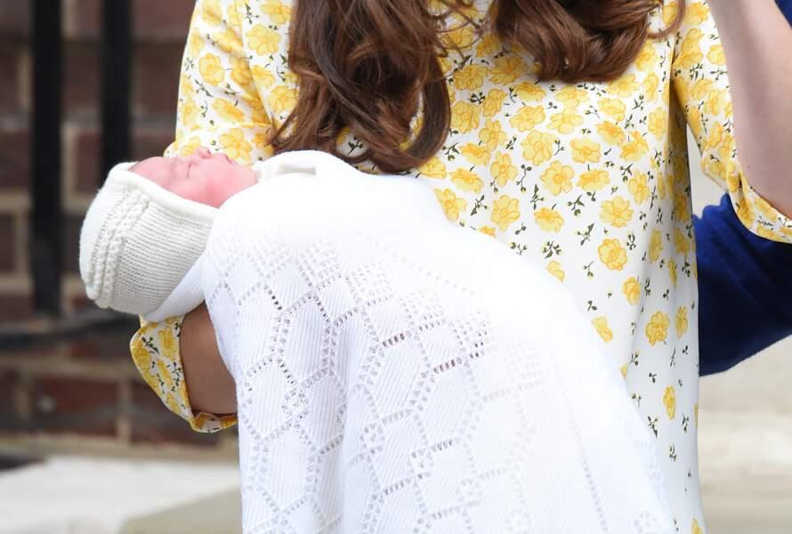 La princesse Charlotte dans les bras de Kate Middleton devant l'hôpital St-Mary le 2 Mai 2015