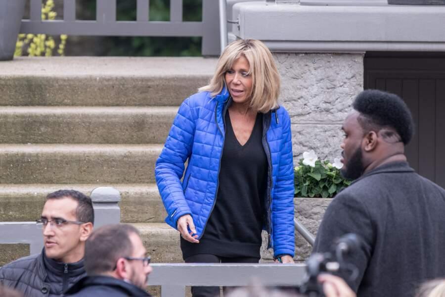 Brigitte Macron en doudoune et baskets eau Touquet