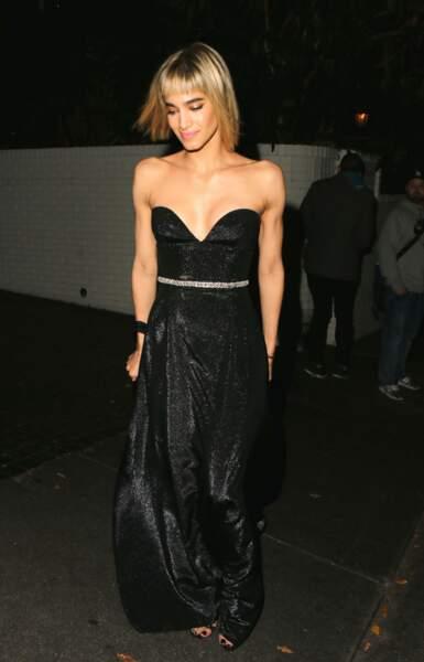 Une robe longue bustier effet moiré ceinturé à la taille pour Sofia Boutella
