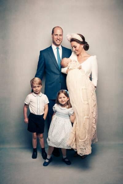 Photo officielle de la famille royale d'Angleterre lors du baptême du prince Louis en la chapelle St James