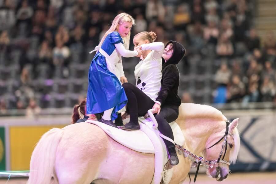 Deux de ses filles ont aussi offert un show de voltige au public au sein du Norway's acrobatic royals show