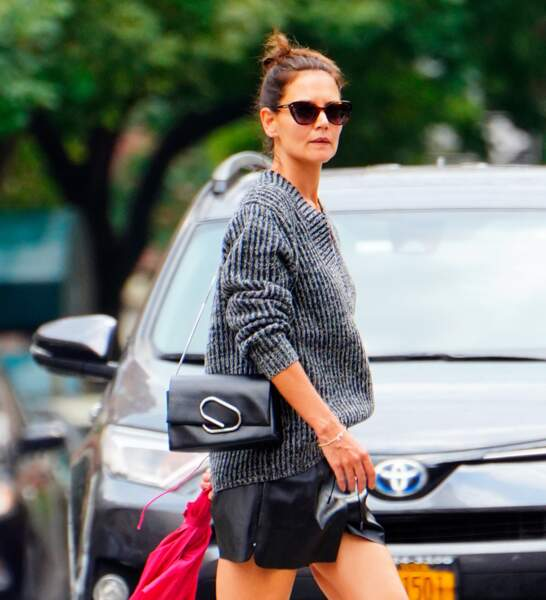 Katie Holmes  : petit bun, lunettes de soleil et short en cuir, elle est canon !