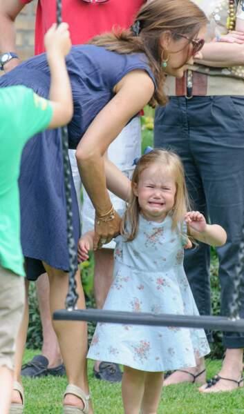 La princesse Josephine consolée par sa mère Mary de Danemark, lors d'une séance photo à Grasten le 26 juillet 2013