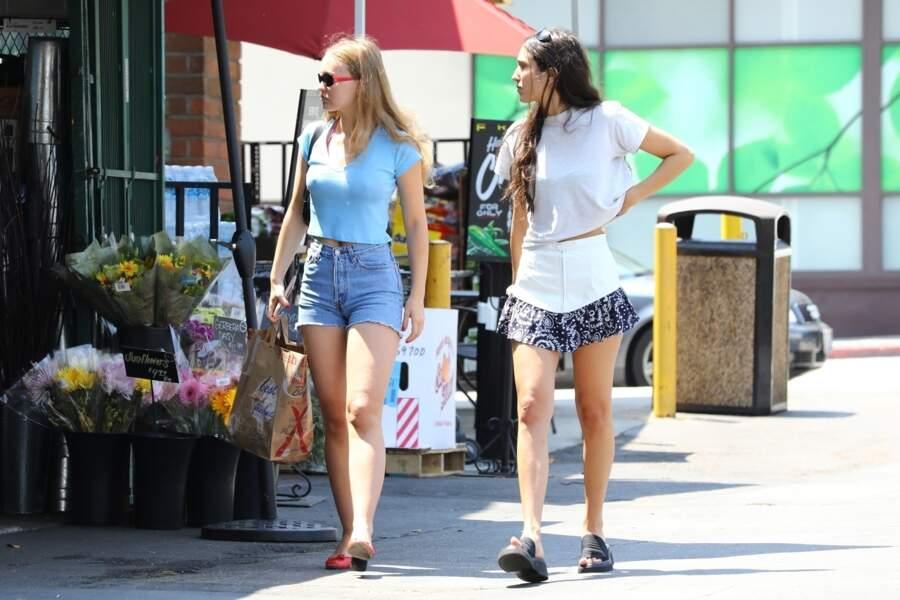 Lily-Rose Depp fait des courses avec une amie dans les rues de Los Angeles