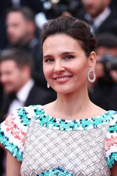Virginie Ledoyen, en chignon et bijoux Chopard, lors de la montée des marches à Cannes, le 14 mai 2019