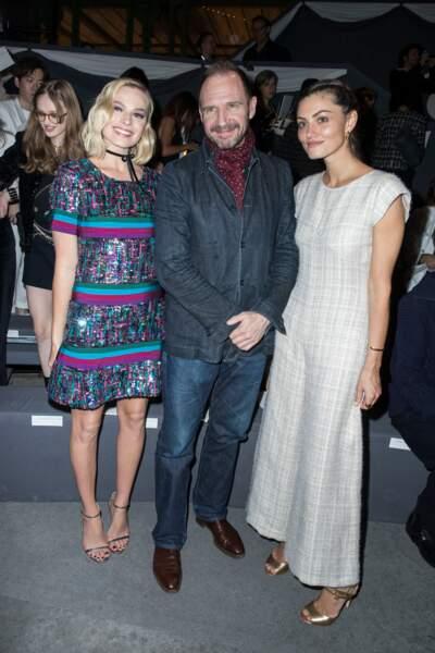 Margot Robbie, ambassadrice Chanel et Ralph Fiennes au défilé Chanel