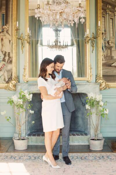 Carl Philip et Sofia, regardant tendrement le prince Alexander en 2016