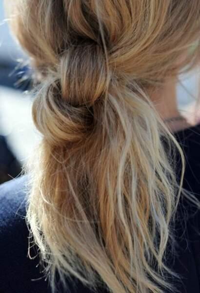Pour changer un peu de la tresse et de la queue de cheval, on noue les cheveux en faisant de gros noeuds