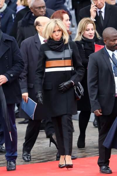 Brigitte Macron dans un manteau original signé Louis Vuitton malgré la pluie le 11 novembre 2018