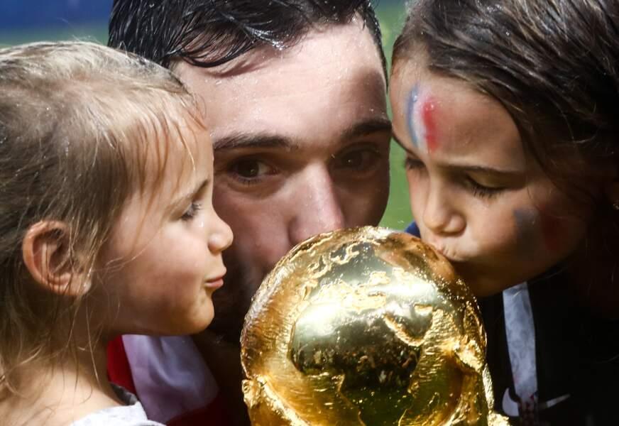 Hugo Lloris et ses filles, Anne-Rose et Giuliana, embrassent la Coupe du monde après la victoire des Bleus