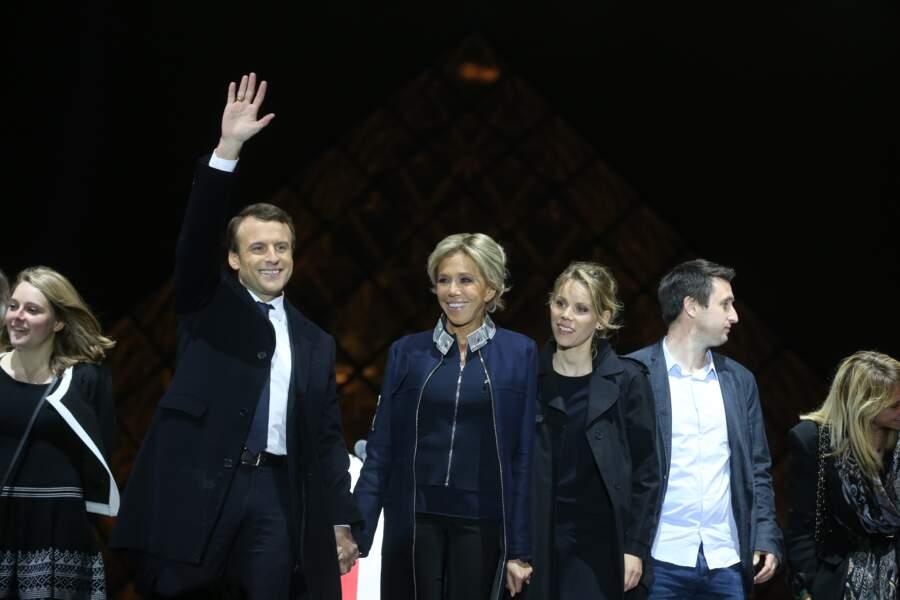 Au côté du président élu Emmanuel Macron devant la pyramide du Louvre le 7 mai 2017