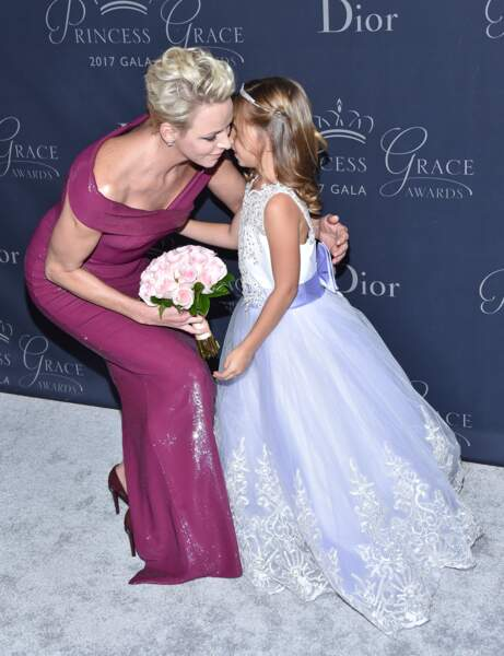 Charlène de Monaco et la petite Sloane, habillée en princesse, qui lui a offert un bouquet de fleurs