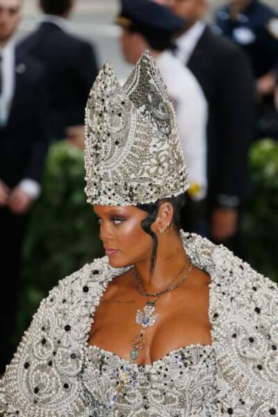 Rihanna se réinvente avec une coiffure digne d'un pape signé Galliano pour Martin Margiela