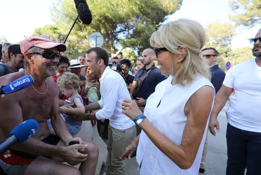 Emmanuel Macron et sa femme Brigitte à la rencontre des vacanciers devant le Fort de Brégançon le 7 août 2018