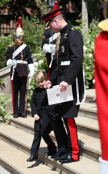 Le prince George, caché derrière son père, était plutôt habitué à porter des shorts en public