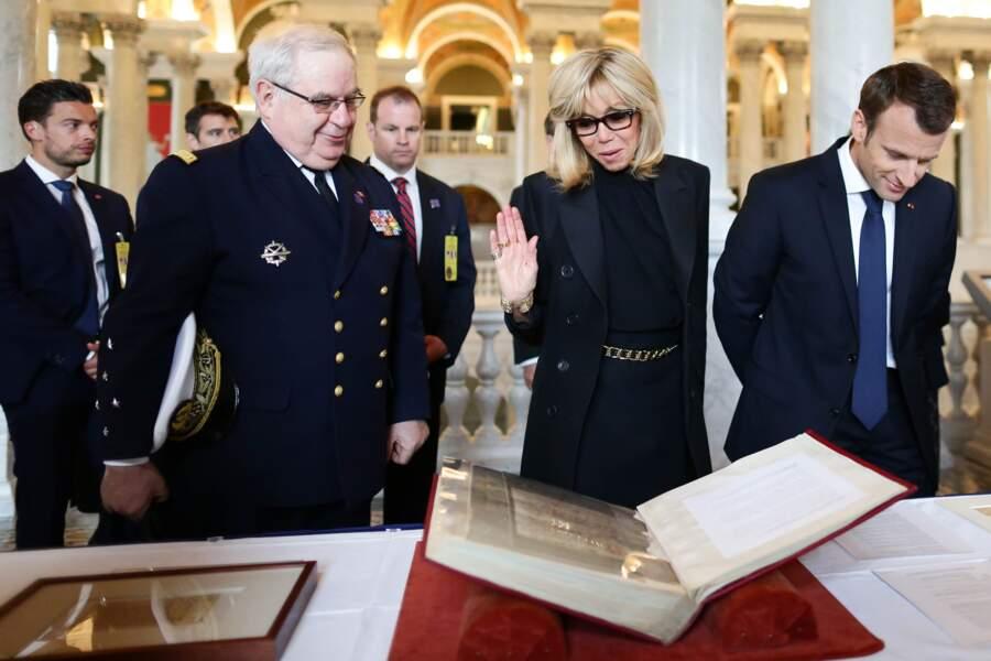 Le garde du corps de Brigitte Macron, jamais bien loin de la Première dame