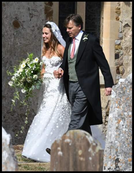 La mariée Daisy Jenks est rayonnante.