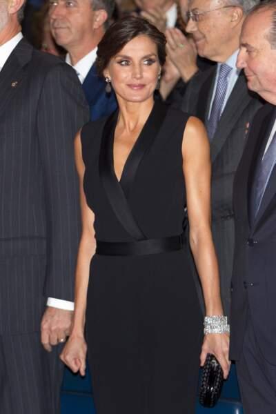 La reine Letizia d'Espagne magnifique dans une combinaison noire et décolletée signée Hugo Boss