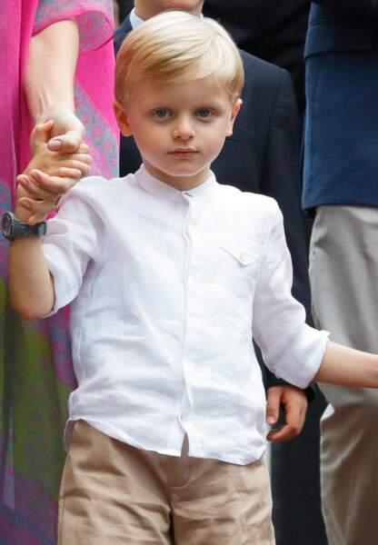 Jacques était en chemisette blanche et bermuda beige