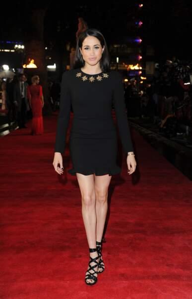 """La petit robe noire, moulante et mini, portée par Meghan Markle à la première de """"Hunger Games"""" en 2013"""