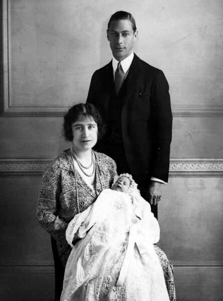 Le duc et la duchesse d'York pose avec leur fille Elizabeth lors de son baptême, le 29 mai 1926