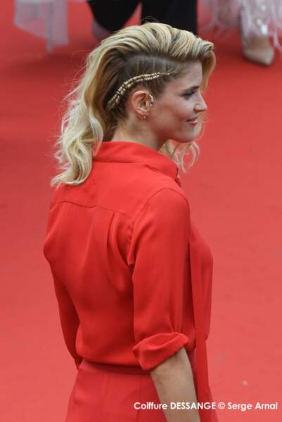 Top sur cheveux blonds et avec un side-hair rock, la tresse d'Alice Taglioni cartonne