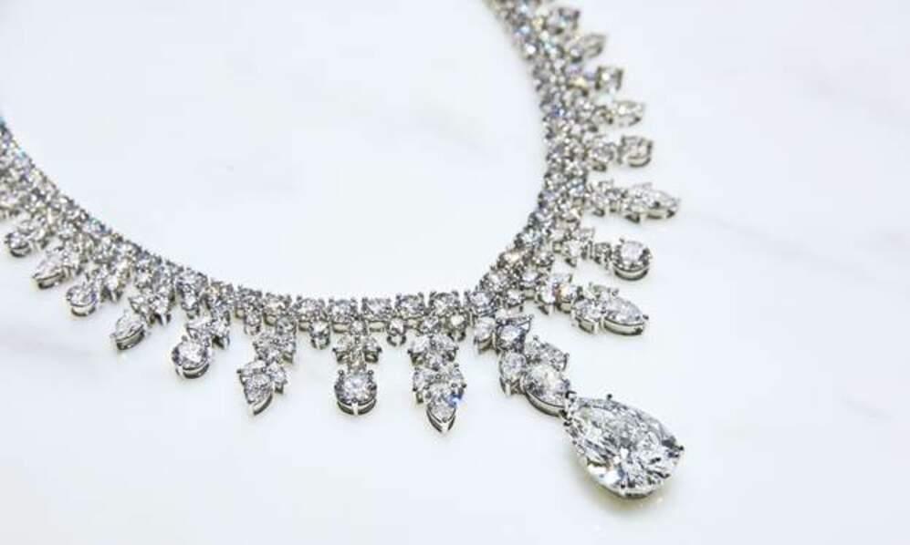 Le collier et les bijoux que portait Lady Gaga sont signés Tiffany&Co. pour une parure vertigineuse.
