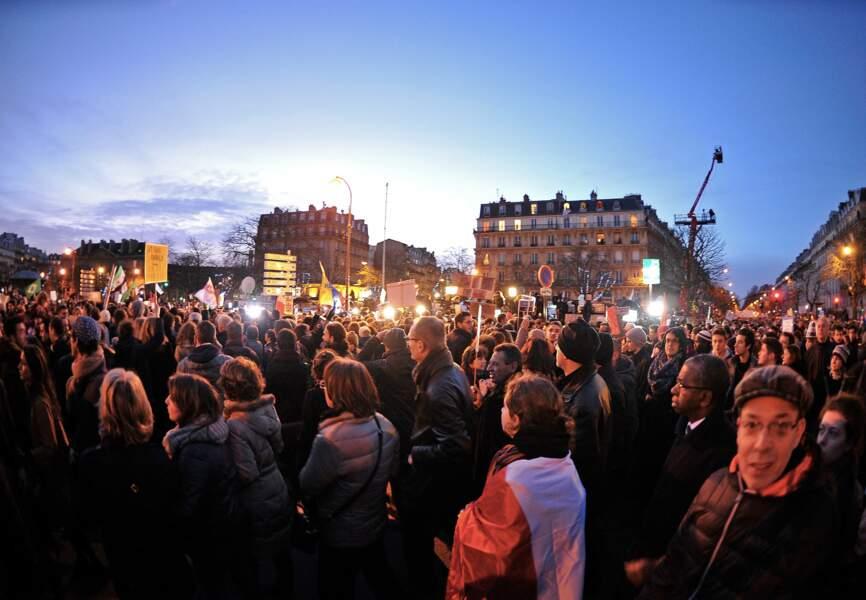 Les manifestations continuent à la tombée de la nuit