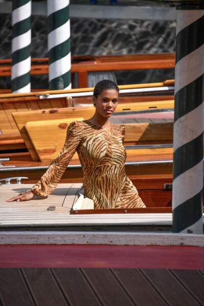 En robe Twinset, Tina Kunakey se dévoile dans sa gondole.