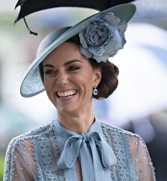 Non seulement Kate Middleton porte une robe transparente mais aussi un chignon très nouveau