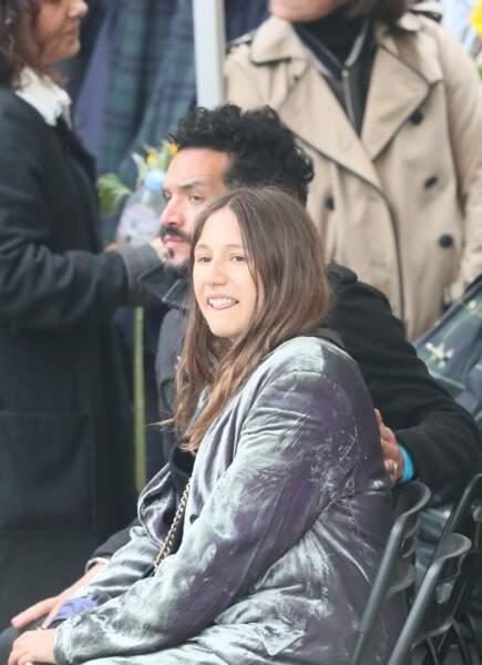 Izia Higelin et son compagnon lors des obsèques de Jacques Higelin au cimetière du Père Lachaise à Paris le 12 avri