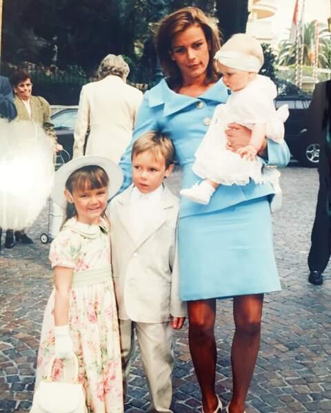 Stéphanie avec Pauline et Louis à l'occasion du baptême de Camille, en 1998