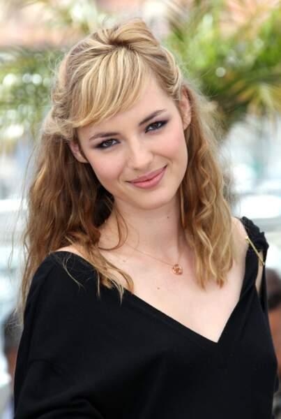 Retour au blond pour Louise Bourgoin qui attache sa crinière avec une demi-queue