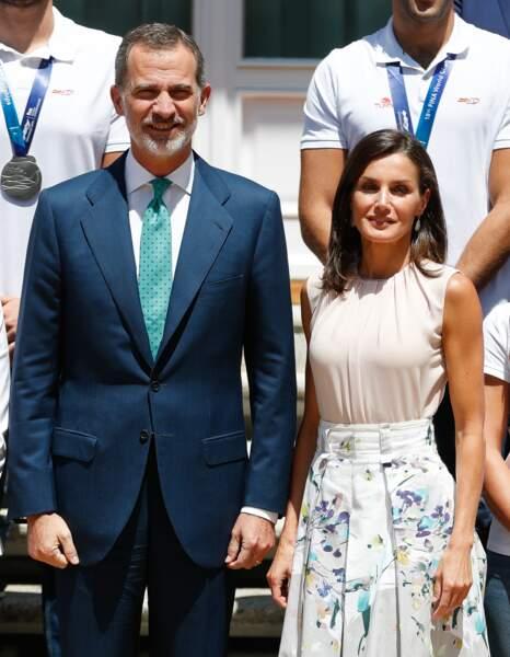 Le roi Felipe VI et Letizia d'Espagne très élégants rencontrent l'équipe espagnole de waterpolo