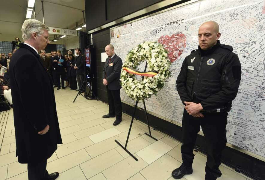 Le roi Philippe a déposé une gerbe dans la station de metro Maelbeek