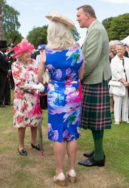 Elizabeth II, tout sourire, face aux invités de la garden party du 4 juillet au palais de Holyroodhouse à Edimbourg