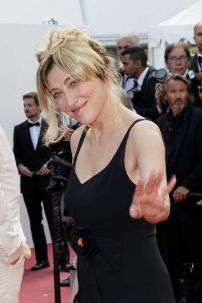 Valeria Bruni Tedeschi tout sourire sur les marches du Palais des Festivals