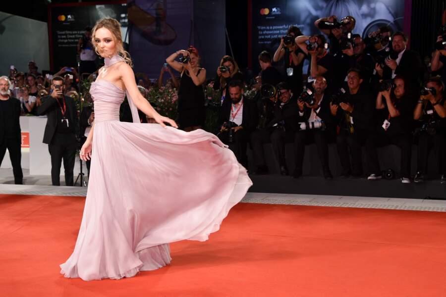 Lily-Rose Depp divine en robe longue Chanel à la Mostra