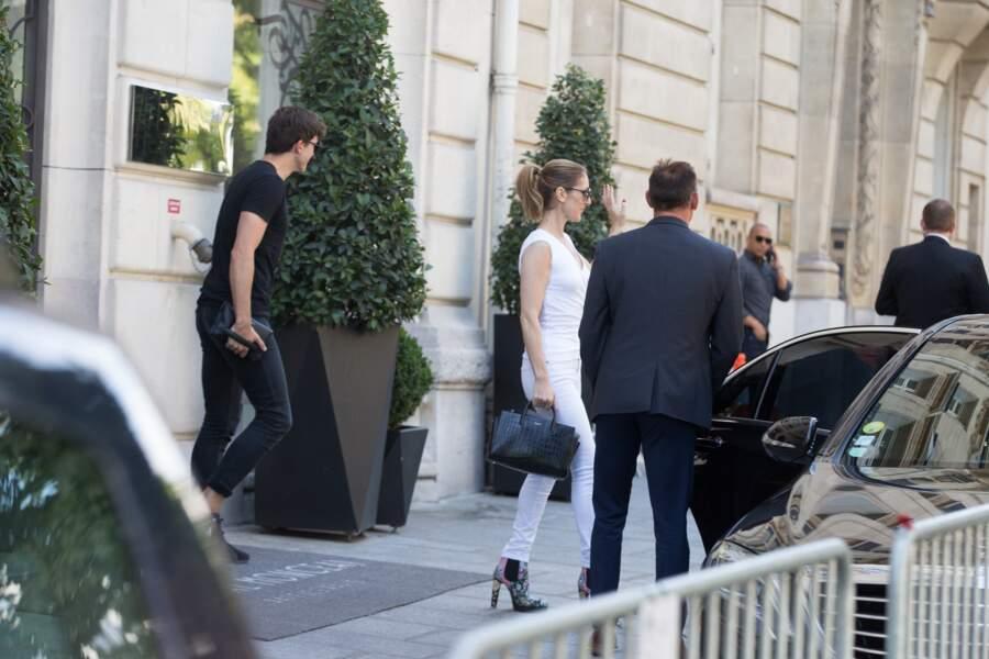 Pour cette occasion, la star était vêtue d'une tenue casual : des vêtements blancs et des talons.