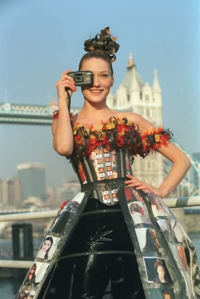 Devant le Tower Bridge à Londres, Carla prend la pose pour le lancement d'un appareil photo Kodak en 1996