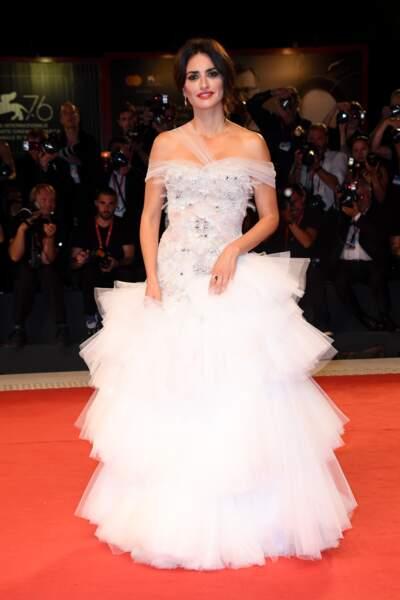 Penelope Cruz s'est à nouveau changé et opte pour une longue robe de princesse Ralph & Russo le 1er septembre 2019.