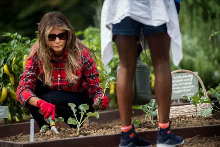 Melania Trump fait du jardinage à la Maison Blanche dans une chemise de luxe, signée Balmain le 22 septembre 2017